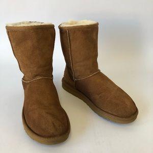 UGG Women's Chestnut Classic Short Boots Size 6