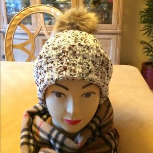 ❄️ Evelyn K - New York; Hat w/Faux Pom Pom CUTE!