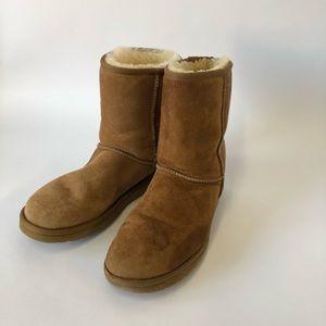 UGG Women's Chestnut Classic Short Boots Size 9