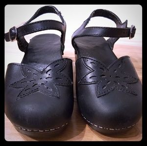 Dansko closed toe buckle shoes sz 37