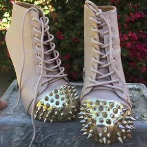 Unique light pink boots w/spikes!