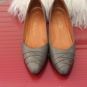 Shoes - Evan Picone made in Italy 🇮🇹 gray leather pumps