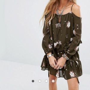 Selling Asos Cold Shoulder Floral Dress 🌸🌸🌸