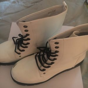 Boots DIRTY LAUNDRY white 7