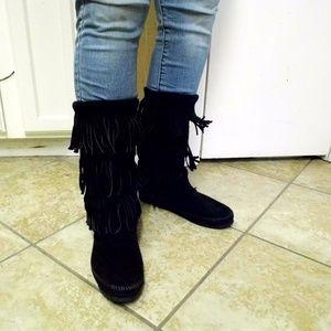 Minnetonka 3 tier black fringe boots