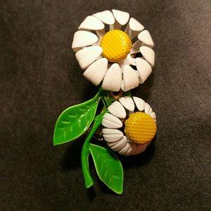 Vintage enamel daisy pin. VGC