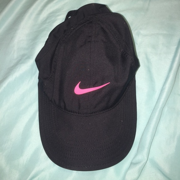 2c038d2da75 Women s Nike black and pink hat. M 59ed5c40f0137d91d30baba7. Other  Accessories ...