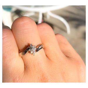 Jewelry - 10k white gold diamond cluster ring