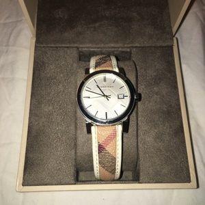 🔥🔥 Burberry Haymarket watch !!