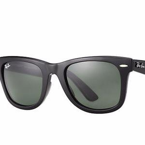 Ray-Ban Wayfarer in Black Sunglasses