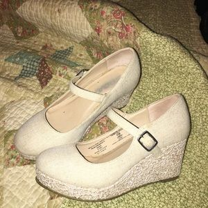 Girls fabric ivory heel adorable n good condition