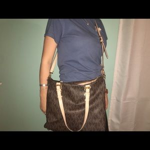 Michael kors purse, practically new!