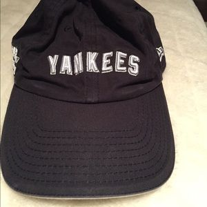 NEW YORK YANKEES HAT.