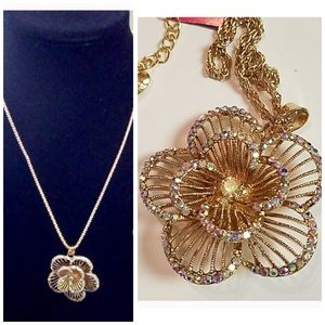 Gorgeous Crystal 3D flower necklace 💞🌸