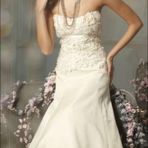 Jim Hjelm Wedding Gown (JH 8001)