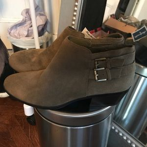 White Mountain Shoes - SUEDE ANKLE BOOTS  7.5