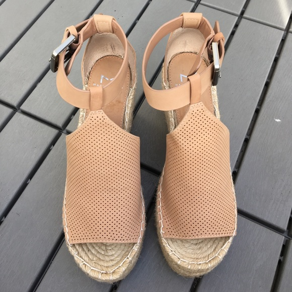405d71dfd852 Marc Fisher Annie Perforated Espadrille wedges 6. M 59f248122fd0b77be902896e