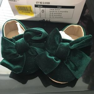 Other - NIB Emerald velvet bow baby shoes Newborn size