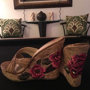 Floral embroidered wedges, sandal
