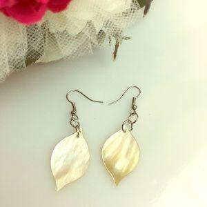 Jewelry - NWOT Shelly Shell Earrings