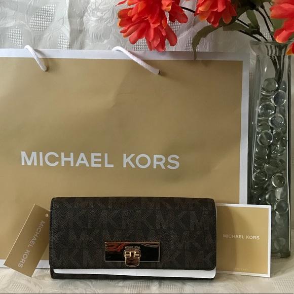 Handbags - Michael KORS CARRY ALL WALLET😉