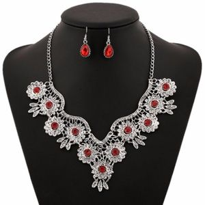 LOVELEY NECKLACE AND EARRINGS TUB1