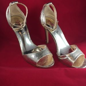 Shoes - 🔴🔴PRICE FIRM gold shoe