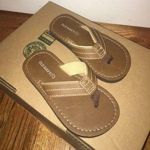 Boys Old Navy brown flip flops