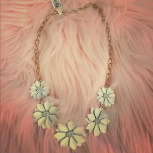 Francesca's White Flower Statement Necklace NWT !