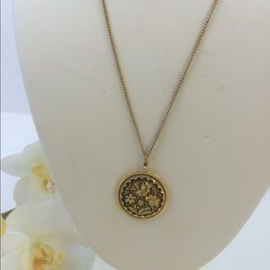 Jewelry - Necklace medallion in gold tone