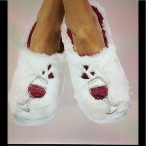 Shoes - 🍷WIne Lovers🍷 NWT Plush Slippers