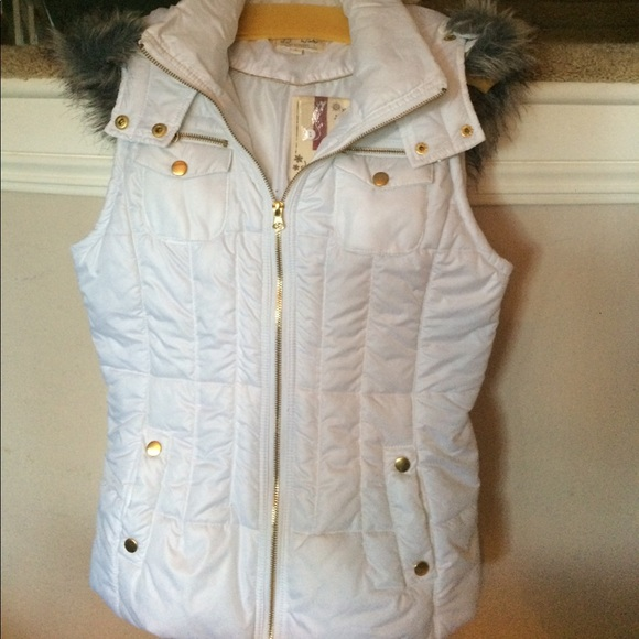 4b92e44d73d NWT white hooded vest. Faux fur trim on hood.