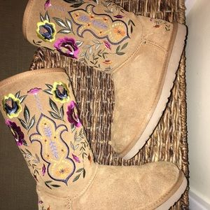 Beautiful embroidered Ugg boots!