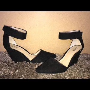 A pair of black pointed wedges