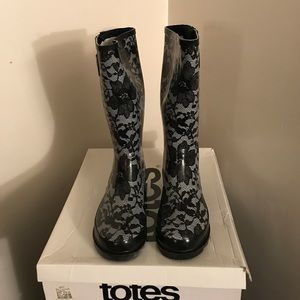 Shoes - Totes rain boots