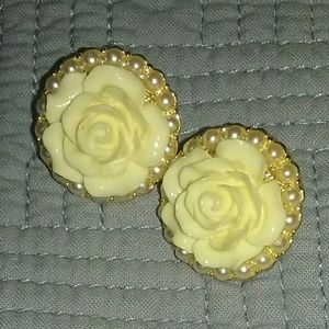 Jewelry - Flower & pearl earrings