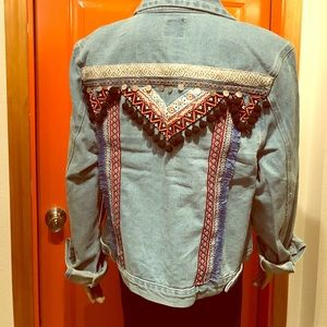 Jackets & Blazers - 😻😻 Gorgeous embroidered jean jacket