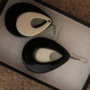Black/white earrings