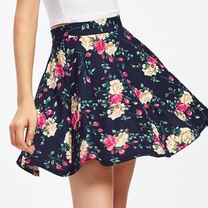 Dresses & Skirts - 🆕🎷Floral textured zip back skater skirt
