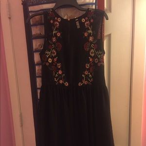 Dresses & Skirts - Black dress with floral decor.