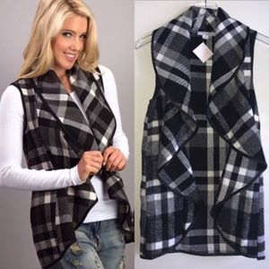 Tops - HP 🎉 1 MEDIUM LEFT Black White Plaid Vest Pockets