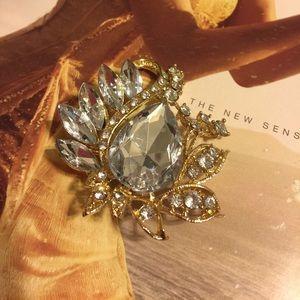 Jewelry - 💍BNWOT MODERN STYLE CRYSTAL ENCRUSTED BROOCH 💍
