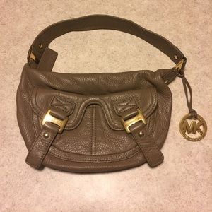 MICHAEL MICHAEL KORS TAUPE LEATHER SHOULDER BAG