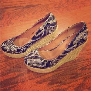 Shoedazzle snake print wedges. Size 8