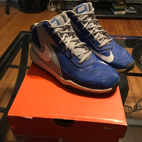 EUC NIKE Team Hustle 6 Youth Boys Sneakers