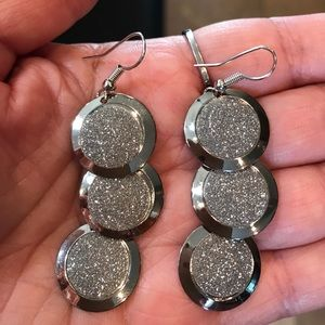 Jewelry - Beautiful sparkly silver dangle earrings.