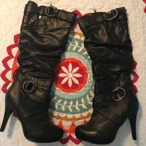 High-heel black boots