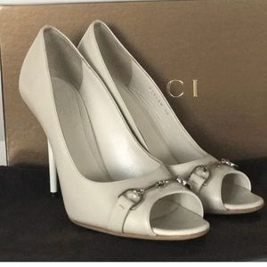 HORSEBIT GUCCI PEEP TOE PUMPS MYSTIC WHITE LEATHER