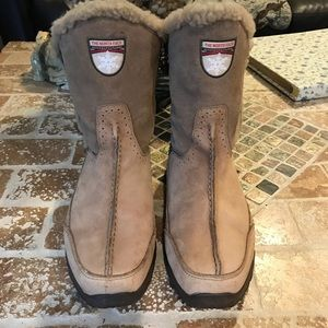 The North Face Primaloft waterproof snow boots.8.5