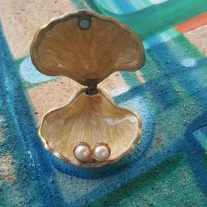 Gold rimmed half-pearls with shell holder